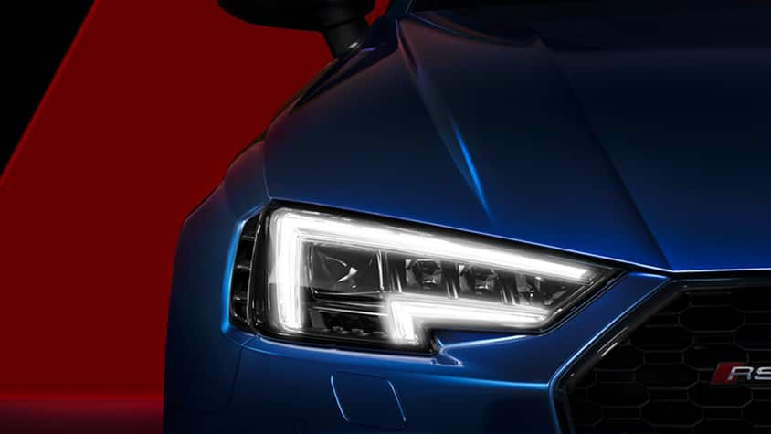 Energy-efficient and striking: the daytime running lights of the Audi RS 4 Avant.